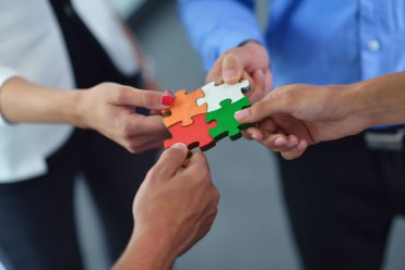 CREATIVIDAD-stock-photo-group-of-business-people-assembling-jigsaw-puzzle-and-represent-team-support-and-help-concept-153998516